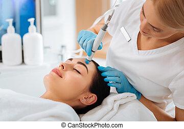 profesional, agradable, hembra, cosmetologist, ser, en el trabajo