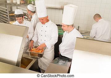 profesional, chef, cocinero, aparejar, alimento, en, cocina