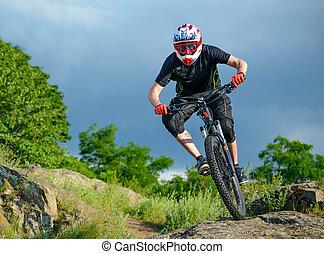 profesional, ciclista, equitación, el, bicicleta, en, el, hermoso, primavera, montaña, trail., deportes extremos