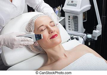 profesional, cosmetologist, es, el experimentar, cavitation, terapia