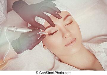 profesional, cosmetologist, negro pesado, guantes, elaboración, permanente, maquillaje