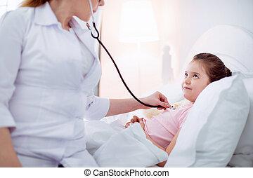 profesional, doctora, diagnosticar, niña