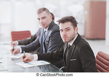 profesional, equipo negocio, sentar escritorio, en, oficina