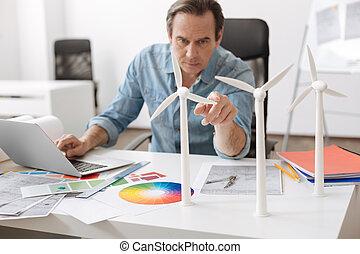 profesional, ingeniero, trabajo encendido, el, proyecto, de, edificio, enrolle turbinas