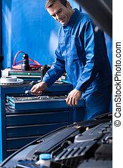 profesional, mecánico, trabajando, en, servicio auto, centro