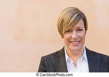 profesional, mujer de negocios, sonriente, al aire libre