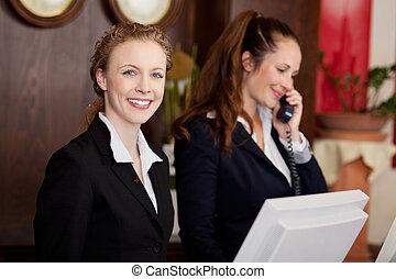 profesional, mujeres, dos, trabajando, recepcionistas