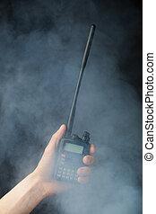 profesional, walkie-talkie, radio, humo, mano