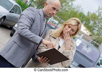 profesjonalny, ekspedient, sprzedajcie, wóz, na, dealership