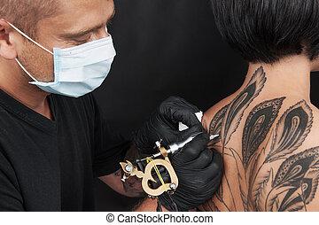 profesjonalny, tattooist, zrobienie, wstecz, tattoo., młoda...