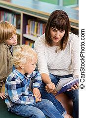 profesor, con, estudiantes, libro de lectura, en, biblioteca