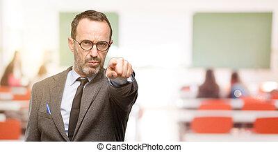 profesor, hombre, utilizar, anteojos, señalar con el dedo hacerlo/serlo, el, frente, con, dedo