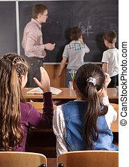 profesor masculino, delante de, edad elemental, alumnos