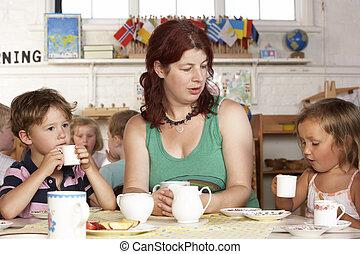 profesor, montessori/pre-school, clase, escuchar, alfombra