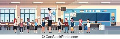 profesor, mujer, con, grupo, de, mezcla, carrera, estudiantes, en, aula, diverso, alumnos, en, moderno, habitación de clase, en, escuela