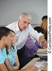 profesor, señalar con el dedo hacerlo/serlo, pantalla de computadora