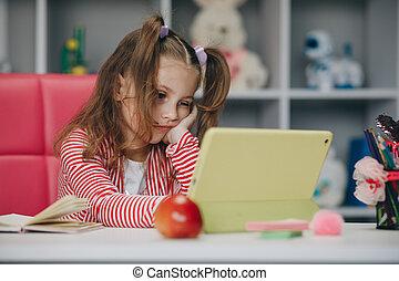 profesor, tela, tutor, pc, utilizar, app., tableta, habla, oratoria, webcam, app, e- aprendizaje, remoto, isolation., hembra, hermoso, sí mismo, edad, adolescente, conferencia, online., en línea, niña
