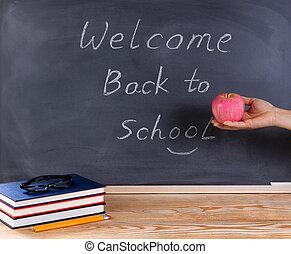 profesor, tenencia, manzana roja, delante de, pizarra, con, bienvenida, back to la escuela, mensaje