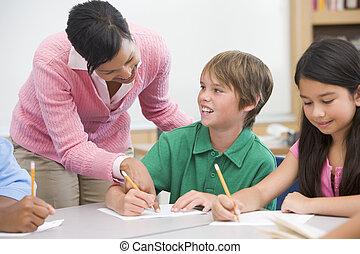 profesor, y, alumno, en, escuela primaria, aula