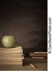 professeur, bureau, à, livres, pomme, chiffon, et, tableau