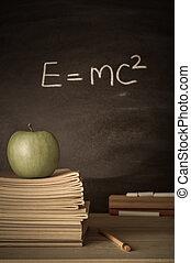 professeur, bureau, à, livres, pomme, et, théorie, sur, tableau