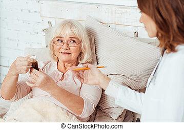 professioanl, läkare, vising, sjuk, äldre kvinna, hemma