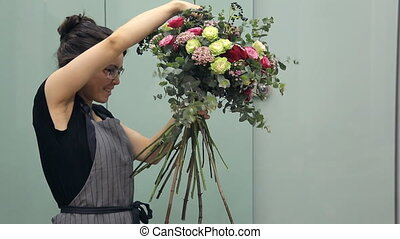 Professional flower arranger shows how to make a mixed...