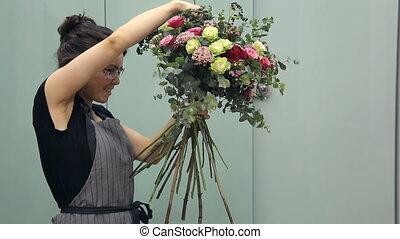 Professional flower arranger shows how to make a mixed flower bouquet