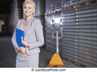 professionale, donna affari, a, magazzino