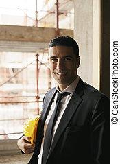 professionale, persone lavoro, ritratto, di, felice, e, fiducioso, architetto, con, casco sicurezza, in, luogo costruzione, sorridente, macchina fotografica