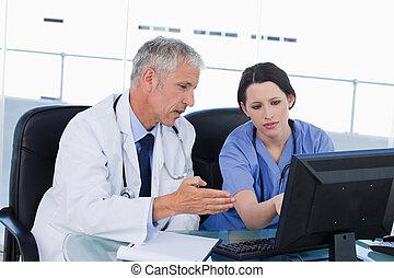 professioneel, medisch team, werkende , met, een, computer
