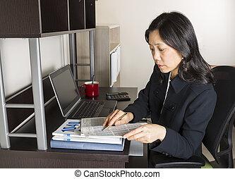 professioneel, rijp vrouw, inkomstenbelasting, accountant