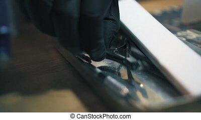 professioneel, schoonheidspecialist, in, black , handschoenen, pa???e?, metaal, spijker, clippers., spijker, gereedschap, voor, garneersel, de, nagelriem, in, knapheid salon