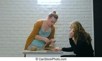 professionele vrouw, ontwerper, het verklaren, hoe, te maken, enveloppe, voor, assistent