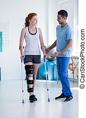 professionell, physiotherapeut, aufpassen, sportlerin, während, rehabilitation