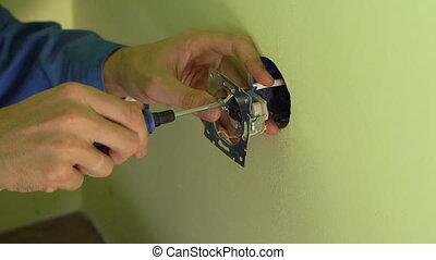 professionnel, électricien, closeup, jeune, coup, douille, installation.