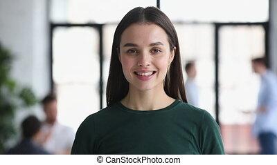 professionnel, appareil photo, sourire, séduisant, femme affaires, regarder, jeune, bureau