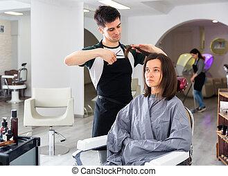 professionnel, coiffeur, pendant, client, coupure, girl, cheveux
