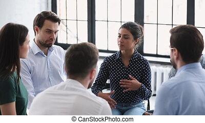 professionnel féminin, affaires entraînant, conseiller, mentor, parler, jeune, indien