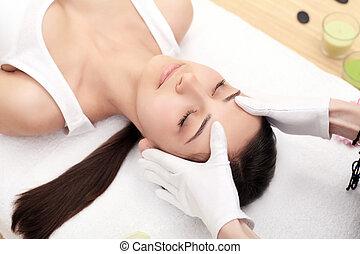 professionnel, masage, sous, spa, facial, femme, beauté