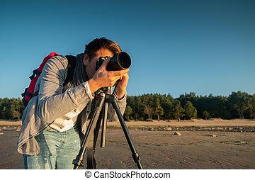 professionnel, photographe, emplacement, et, confection, photo, debout, à, trépied, sur, plage
