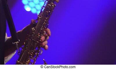 professionnel, stage., sombre, haut., saxophone, studio, musicien, lighting., fumée, doré, néon, clés, brillant, fin, doigté, jouer