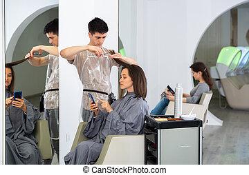 professionnel, utilisation, téléphone, pendant, client, coiffeur, coupure, girl, cheveux