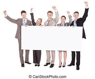 professionnels, à, bras augmentés, tenue, vide, panneau affichage