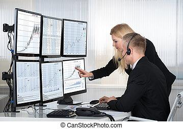 professionnels, analyser, données, affiché, sur, écrans ordinateur