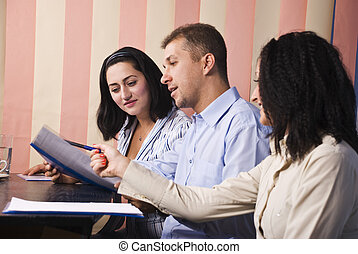 professionnels, conversation, dans, bureau