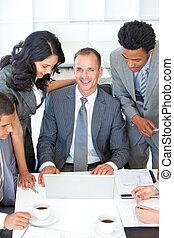 professionnels, discuter, dans, bureau, a, plan