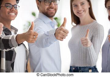 professionnels, haut, multiracial, pouces, équipe, heureux