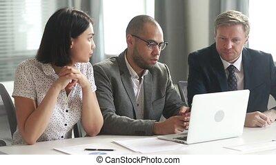 professionnels, ordinateur portable, avoir, regarder, équipe, idée génie, discussion