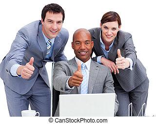 professionnels, ordinateur portable, haut, regarder, pouces